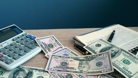 在书桌上的落的金钱 财务抽象背景钞票的美元 影视素材