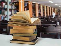 在书桌上的被打开的书 库存照片