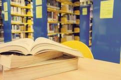 在书桌上的被打开的书 免版税图库摄影