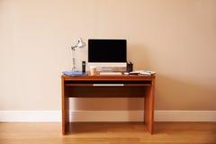 在书桌上的计算机在内政部 免版税图库摄影