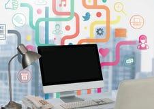 在书桌上的计算机有反对城市窗口的apps的 库存图片