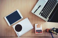 在书桌上的设备在办公室和拷贝空间 免版税库存照片