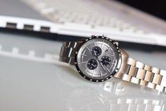 在书桌上的豪华手表 免版税库存图片