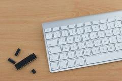 在书桌上的键盘和计算机零件 库存照片