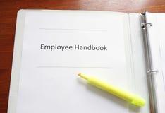 在书桌上的雇员手册 库存照片