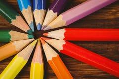 在书桌上的颜色铅笔在圈子形状 免版税库存图片