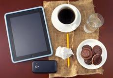 在书桌上的移动设备 免版税图库摄影