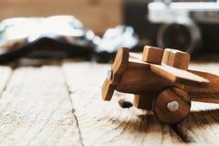 在书桌上的轻木模型飞机有拷贝太空旅行概念的 库存图片