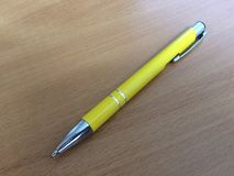 在书桌上的黄色笔 免版税图库摄影