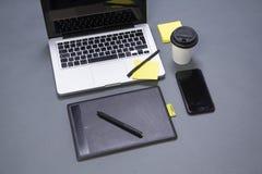 在书桌侧视图的现代通信装置设备 库存照片