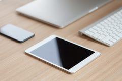 在书桌侧视图的通信装置设备 图库摄影