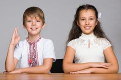 在书桌的两儿童位子 免版税库存照片