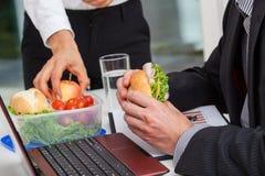 在书桌的健康午餐 免版税库存照片
