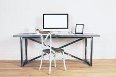 在书桌的创造性的古色古香的椅子 库存照片