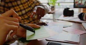 在书桌的图表设计师在一个现代办公室4k 股票录像