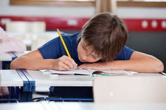 在书桌的基本的男孩文字 免版税图库摄影