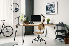 在书桌的木椅子有在明亮的工作区的台式计算机的我 免版税库存图片