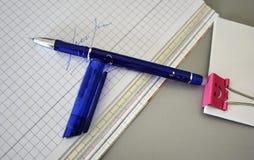 在书桌美妙地放置的多彩多姿的笔 免版税库存图片