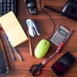 在书桌顶部的办公用品 免版税库存照片