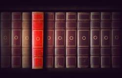 在书橱的葡萄酒书 免版税库存图片