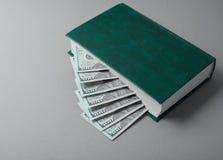 在书的一百元钞票看起来象台阶 库存图片