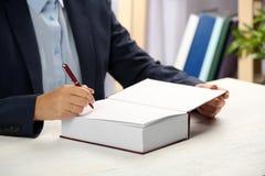 在书的作家签署的题名在桌上 库存照片