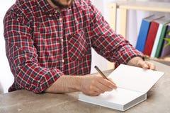 在书的作家签署的题名在桌上 免版税库存照片