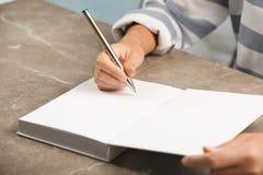 在书的作家签署的题名 免版税库存图片