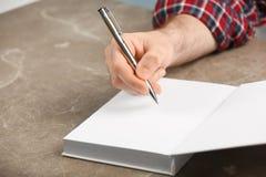 在书的作家签署的题名 免版税库存照片