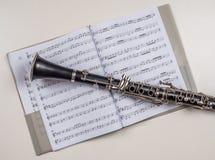 在书的单簧管位置与笔记 免版税库存照片