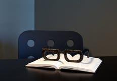 在书的大木放大镜 免版税库存照片