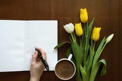 在书的女性手文字 免版税库存照片