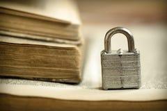 在书的挂锁 库存图片
