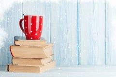 在书的热巧克力杯子 库存照片