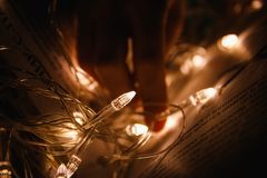 在书的童话页的圣诞节诗歌选 免版税库存图片