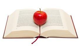 在书的红色苹果 免版税图库摄影