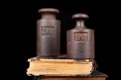 在书的老公斤重量 旧书和称量器 免版税库存照片