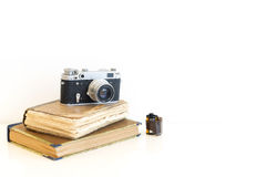 在书的老影片照相机 图库摄影