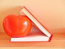 在书的蕃茄 免版税库存图片