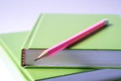 在书的铅笔 免版税库存图片