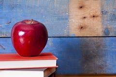 在书的Apple 免版税图库摄影