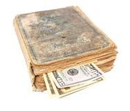 在书里面的金钱 免版税库存照片
