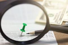在书银行的绿色别针财务和贷款业务背景的 库存照片