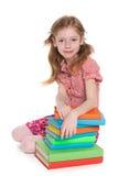 在书附近的小女孩 免版税图库摄影