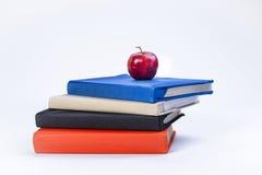 在书顶部的苹果计算机。 免版税库存图片