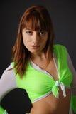 在乳房栓的女衬衫的女孩 免版税库存照片