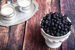 在乳白玻璃盘的蓝莓 库存照片