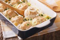 在乳脂状的乳酪调味料关闭烘烤的开胃鸡鱼圆 图库摄影