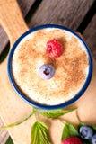 在乳脂状的点心的顶视图用在砧板的新鲜的莓果 免版税库存图片