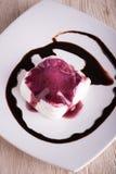 在乳脂状的点心的顶视图用莓果调味汁和巧克力顶部 库存照片